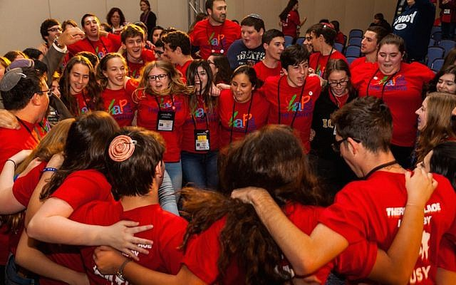 Members of USY celebrating at the United Synagogue of Conservative Judaism's 2015 convention. (Photo by Andrew Langdal)