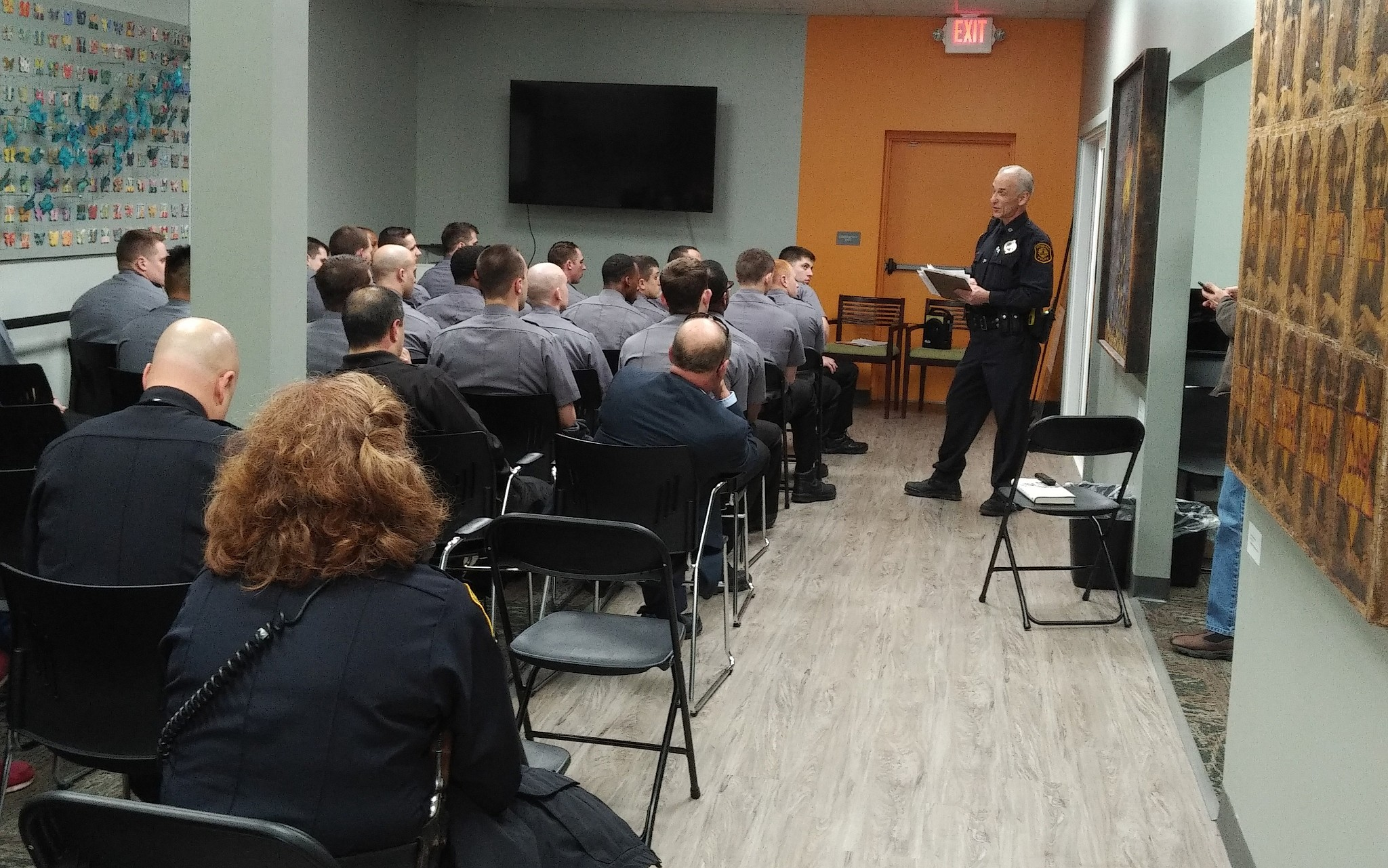 Officer David Shifren leads a discussion with recruits. (Photo by Adam  Reinherz)