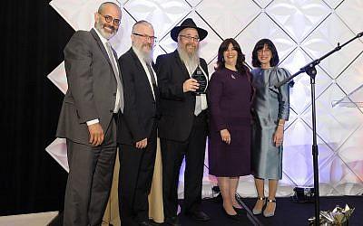 Rabbi Yossi and Chanie Rosenblum were presented with the community leadership award. From left: David Nadoff, Rabbi Yisroel Rosenfeld, Rabbi Yossi Rosenblum, Chanie Rosenblum and Blumi Rosenfeld. (Photo courtesy of Yeshiva Schools of Pittsburgh)