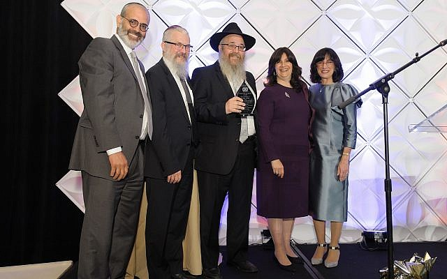 Rabbi Yossi and Chanie Rosenblum were presented with the community leadership award. From left: David Nadoff, Rabbi Yisroel Rosenfeld, Rabbi Yossi Rosenblum, Chanie Rosenblum and Blumi Rosenfeld. (Photo courtesy of Yeshiva Schools of Pittsburgh)