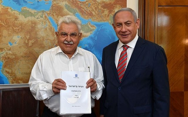 Former government minister Moshe Nissim left, presents final conversion report and recommendations to Prime Minister Benjamin Netanyahu, June 3, 2018. (Photo by Kobi Gideon/GPO)