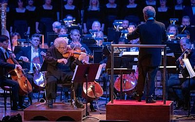 Violinist Itzhak Perlman performs at Heinz Hall on Nov. 27. (Photo by Edward DeArmitt)