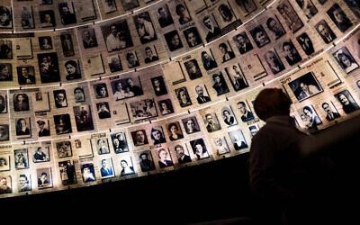 Visitors tour the Yad Vashem Holocaust Memorial museum in Jerusalem, on International Holocaust Day, January 26, 2017. Photo by Hadas Parush/FLASH90 *** Local Caption *** éã åùí îåæéàåï îá÷øéí úòøåëä éåí äùåàä äáéðìàåîé