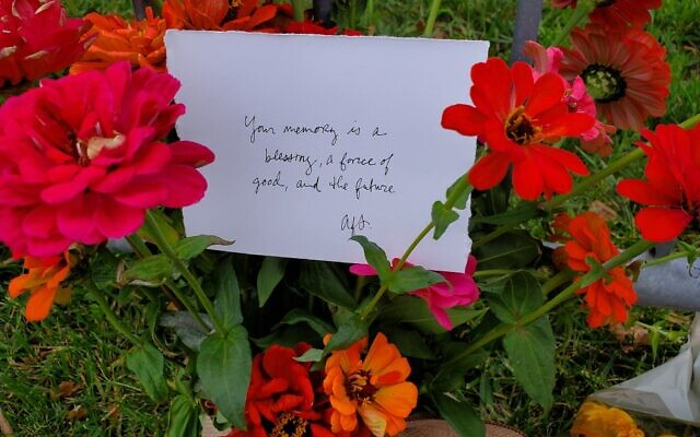 Flowers and note left outside the Tree of Life building on October 27, 2020. (Photo by Adam Reinherz)