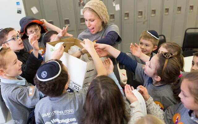 Volunteers at a past Mitzvah Day (Photo by Josh Franzos)