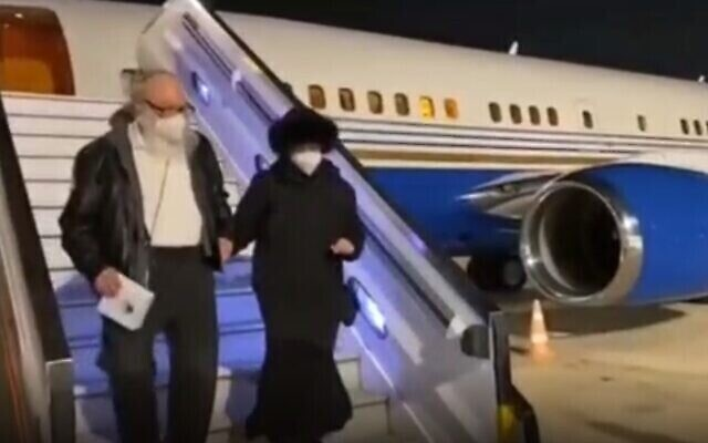 Jonathan Pollard and his wife Esther arrive at Ben Gurion Airport, Dec. 30, 2020 (Screen grab via Times of Israel)