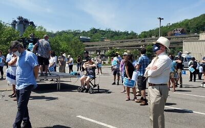 About 75 people gathered in the parking lot of the Jewish Federation of Greater Pittsburgh to express solidarity with Israel on May 21. Photo by David Rullo.
