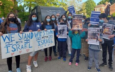 Jewish Pittsburghers wore blue and sported signs supporting Israel at the May 12 gathering. Photo by David Rullo