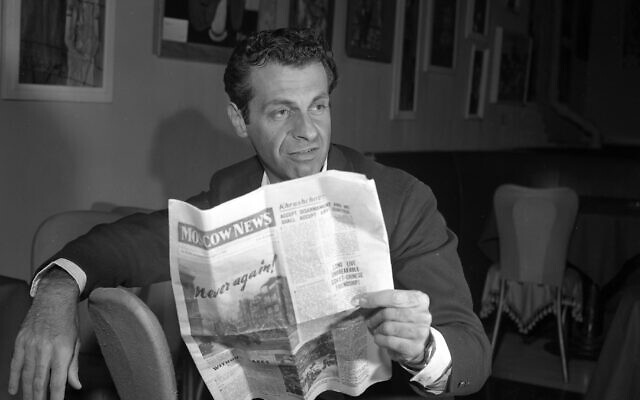 Mort Sahl at the hungry i in 1960 talks about his trip to Moscow (Photo via JTA)