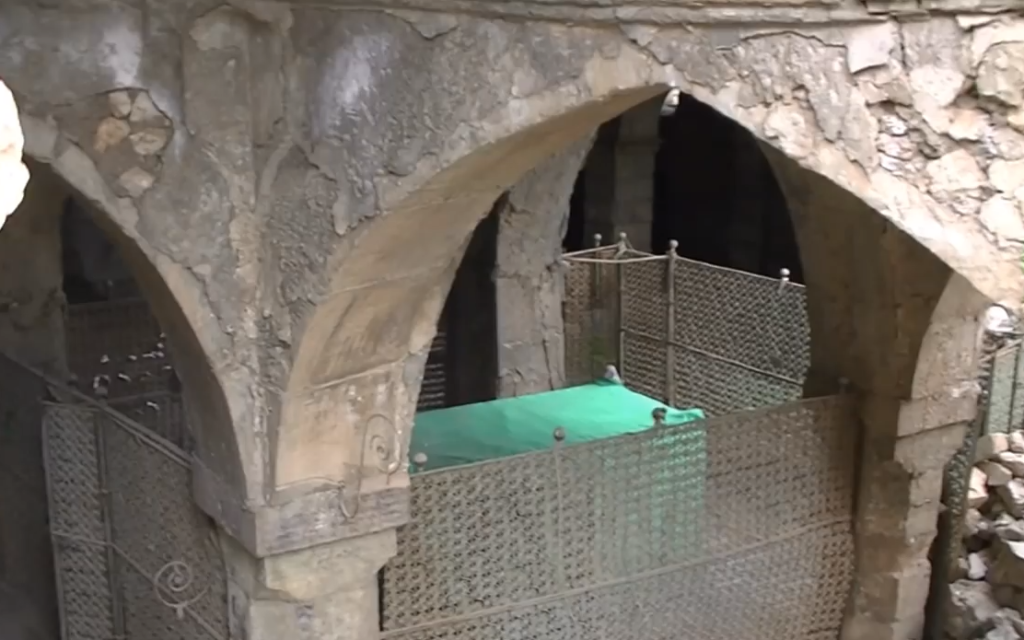 The tomb of the prophet Nahum (covered with the green cloth) is reportedly situated in the synagogue at Al Qosh