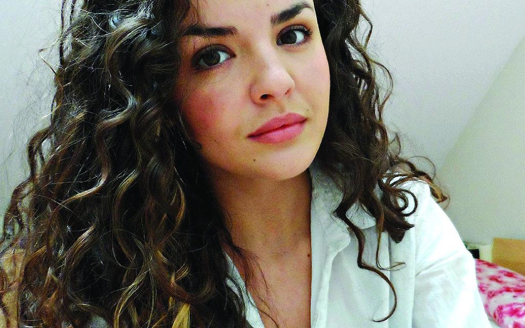 Blogger Avia Amos