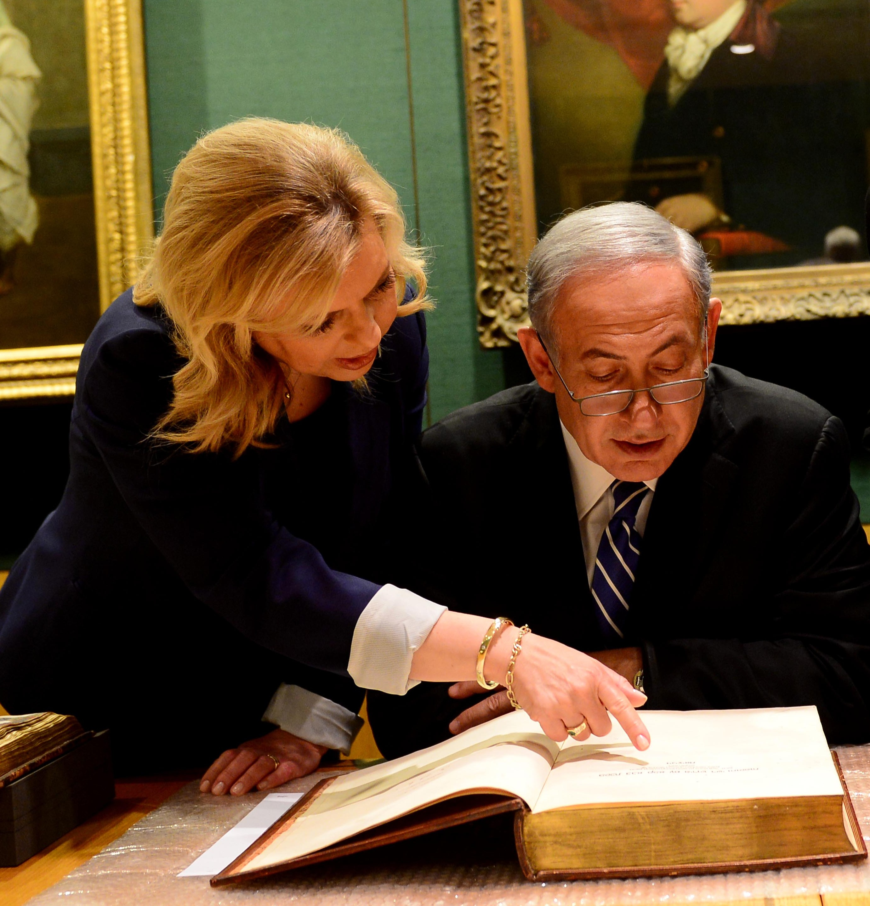 PM Netanyahu with his wife Sara at the National Library in London, they were shown the original Balfour Declaration (dated 2 November 1917) (Photo bi Avi Ohayon/GPO)