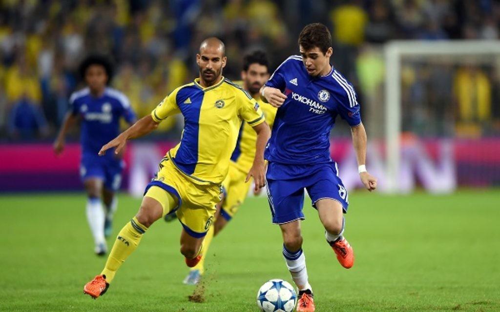 Maccabi Tel Aviv's Gal Alberman and Chelsea's Oscar battle for the ball