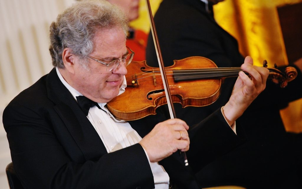 Violinist Itzhak Perlman performs at a dinner honouring Israeli President Shimon Peres June 13, 2012 in the East Room of the White House in Washington, DC. AFP PHOTO/Mandel NGAN        (Photo credit should read MANDEL NGAN/AFP/GettyImages)