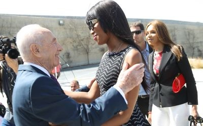 Shimon Peres (l) meets supermodel Naomi Campbell