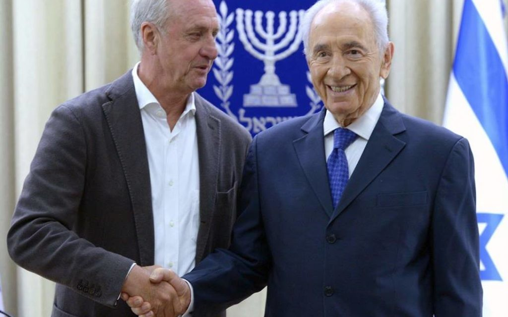 Johan Cruyff (left) with Shimon Peres (right) (Source: Shimon Peres' Facebook page)