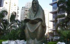 """Monument """"Prayer"""" in Ramat Gan in memory of the Jews who were killed in Iraq in the Pogrom Farhud"""