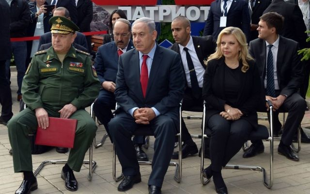 Netanyahu with wife Sara and the commander of Russia's ground forces, Colonel General Oleg Salyukov