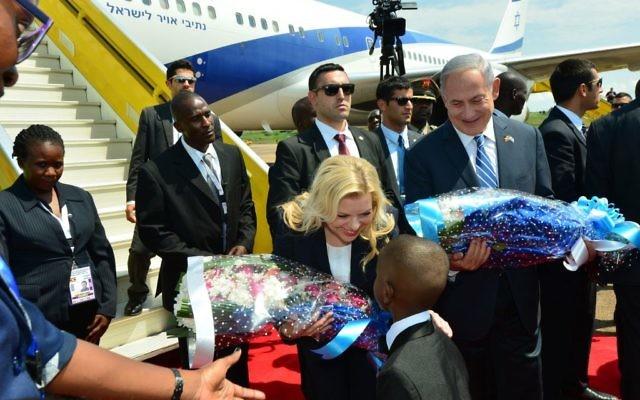 Sara Netanyahu receives flowers from local schoolchildren upon arriving in Uganda   ( JINI Photo Agency, LTD)