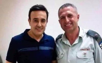 Tunisian singer Saber Rebai with the Israeli-Arab officer
