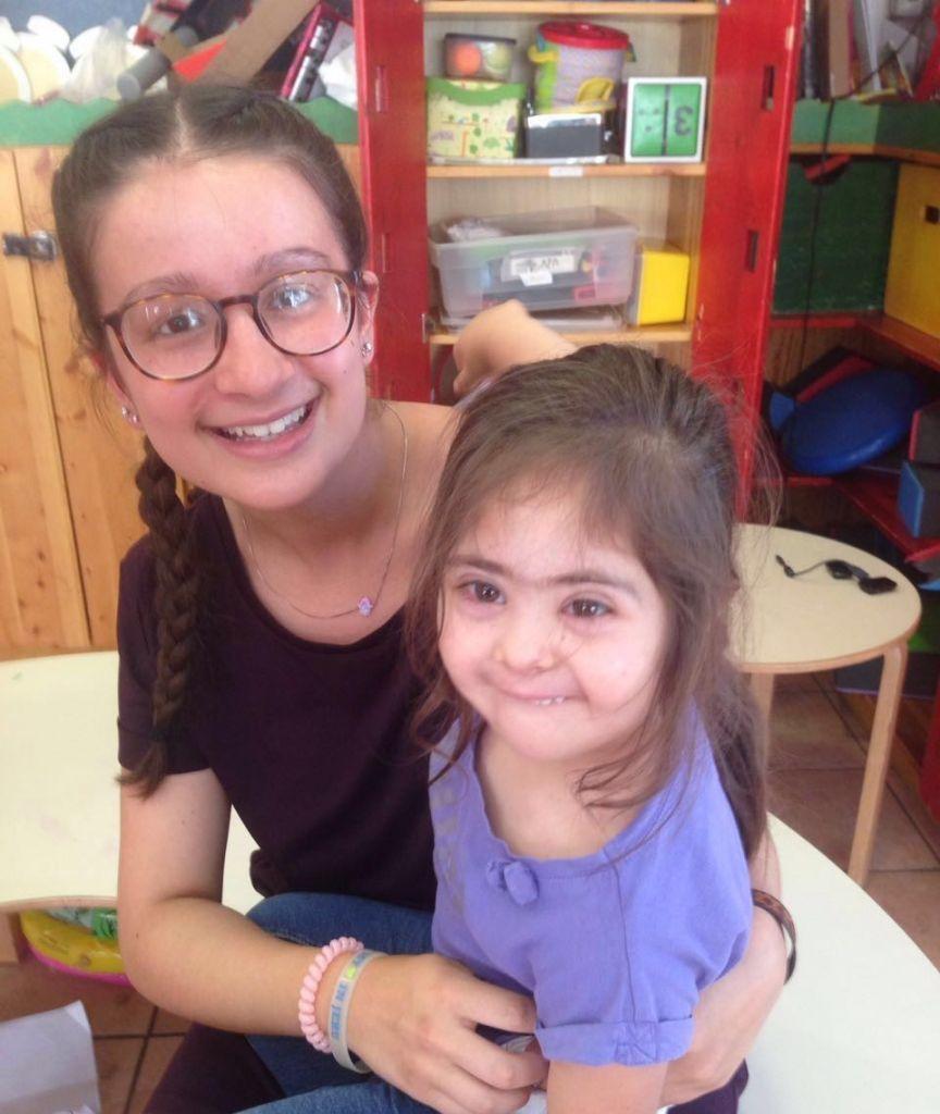 Gemma Denby of Beni Akiva volunteering