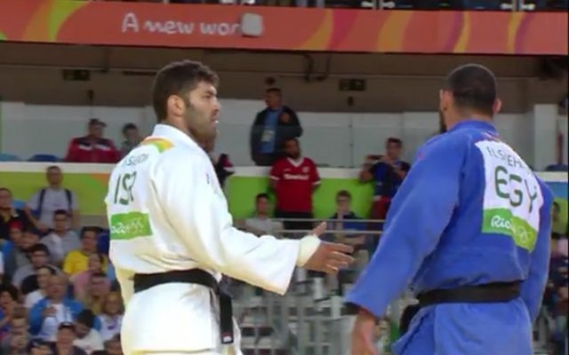 Or Sasson offers his hand, but is shunned by his Egyptian opponent