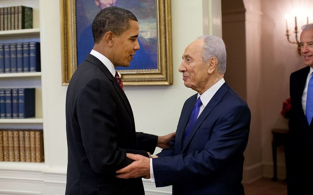 US president Barack Obama welcomes Shimon Peres in the Oval Office