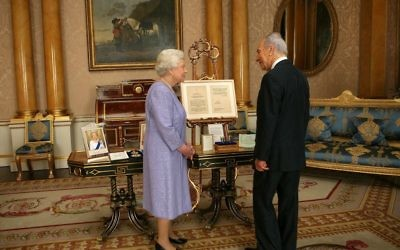 Shimon Peres meeting Her Majesty the Queen
