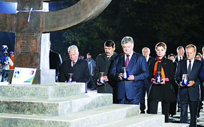 German President Joachim Gauck (L) takes part in a memorial event commemorating the 75th anniversary of the German mass murder of Kiev's Jews in 1941
