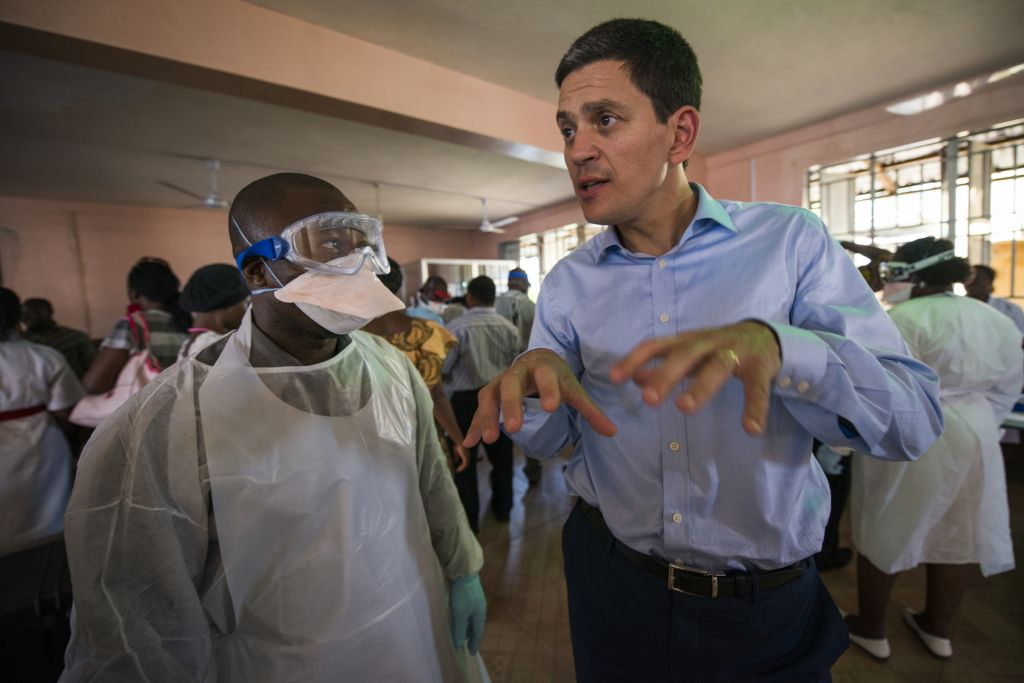 David Miliband visits an Ebola training course for health staff. The training is carried out by Concern, one of the IRC's partners in Sierra Leone. (Credit IRC/Peter Biro)