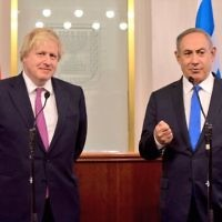 Boris Johnson (l) shaking Benjamin Netanyahu's hand (r) during their meeting in Jerusalem  in 2017