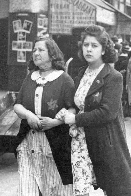 ADN-ZB II. Weltkrieg 1939-45 Frankreich unter der Besetzung der faschistischen deutschen Truppen, Anfang Juni 1942. Ab 1. Juni 1942 werden auch in Frankreich die Juden gezwungen, den gelben Stern zu tragen. UBz.: zwei jüdische Frauen in Paris. 3627-42