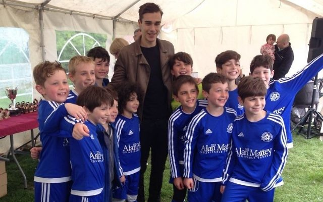 Spurs star Harry Winks presents Lions U9's with their trophy