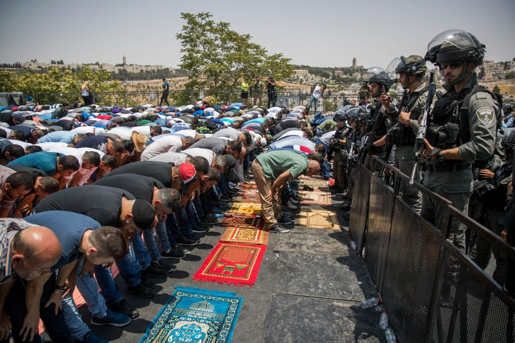 Jew Detector: Muslim Leaders Back Continued Prayer Protests Outside