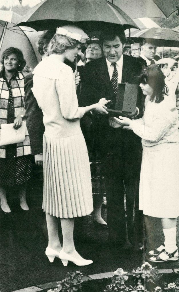 Diana (left) meeting Ravenswood residents in 1985