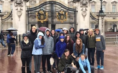 Jewish Community High School of the Bay students outside Buckingham Palace during their UK visit, ahead of their Fringe performance (Credit: Jewish Community High School of the Bay  on Facebook)