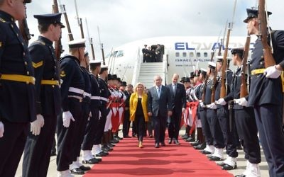 Israeli prime minister Benjamin Netanyahu and his wife Sara arrive in the Argentinian capital, during his official state visit  Photo by Avi Ohayon/GPO via JINIPIX