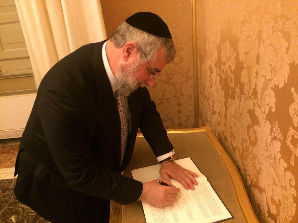 Chief Rabbi Goldschmidt signing the declaration.