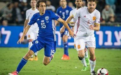 Israel's Yossi Benayoun challenges Spanish goalscorer Asier Illarramendi during their 1-0 defeat in Jerusalem