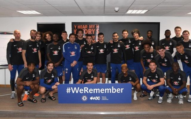 Chelsea's squad with the #WeRemember sign