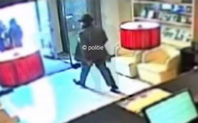 The suspect is show on CCTV.   Screenshot from https://www.politie.nl/gezocht-en-vermist/gezochte-personen/2018/januari/03-utrecht-03-goudstaven.html
