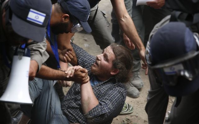 Israeli police evict Jewish settlers at the West Bank settlement of Netiv Avot  (AP Photo/Ariel Schalit)