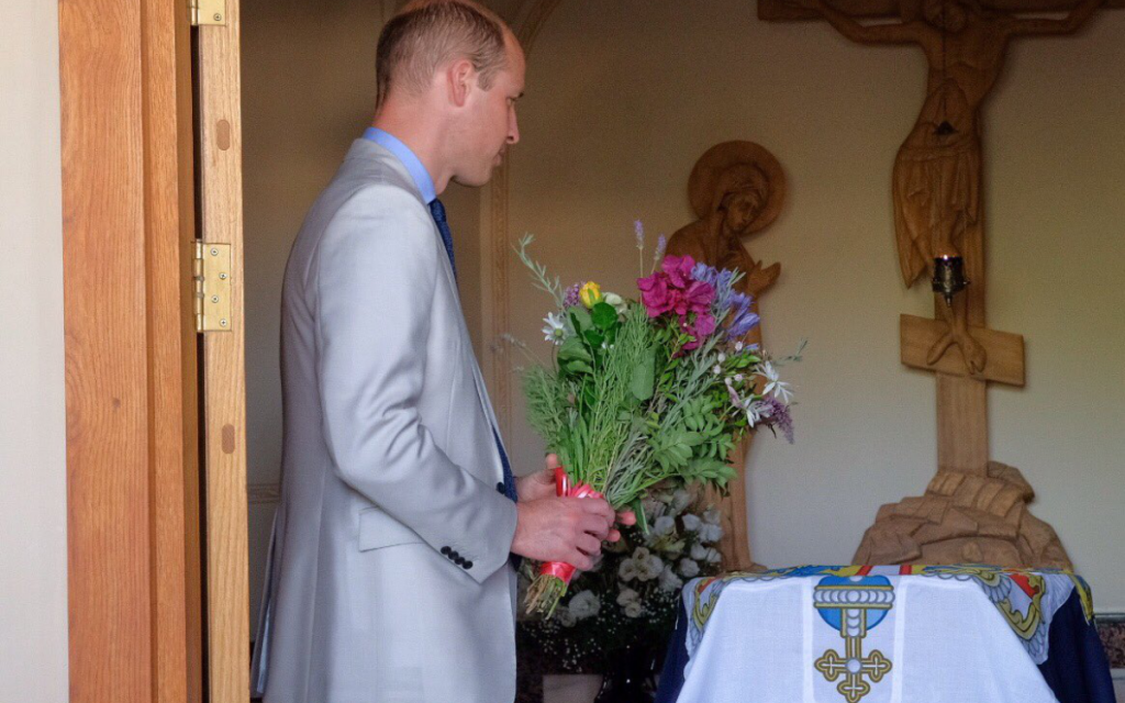Pirnce William laying flowers at Pricess Alice's tomb   Credit: KensingtonRoyal on Twitter