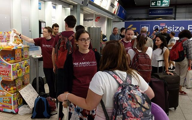 Na'amod activists confront Birthright participants at Luton Airport, to challenge them about the occupation.
