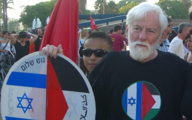 Avnery at a rally against the 2006 Lebanon War