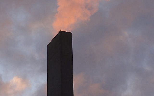 Chimney spewing out smoke. Source: Wikimedia Commons. Author: Martin Abegglen https://www.flickr.com/photos/twicepix/6539553399/