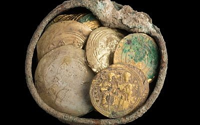 Hoard of gold coins and an earring found in Caesarea. Photo by: Yaniv Berman-IAA via JINIPIX