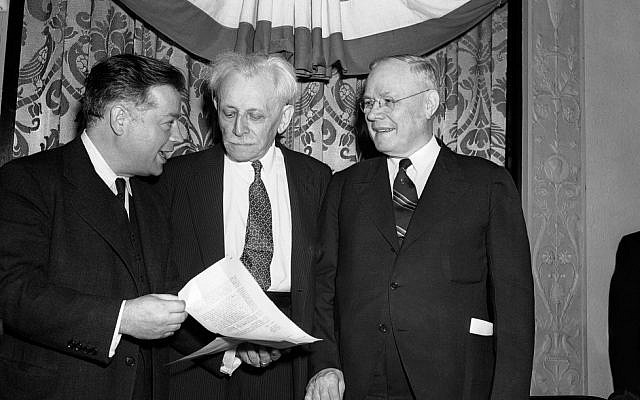 Abraham Cahan, centre, a former editor of the Jewish Daily Forward, at an event in 1957.