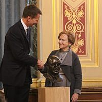 Foreign Secretary Jeremy Hunt and Holocaust survivor Mala Tribich unveil the Frank Foley bust at the annual HMD event. Credit: Foreign & Commonwealth Office