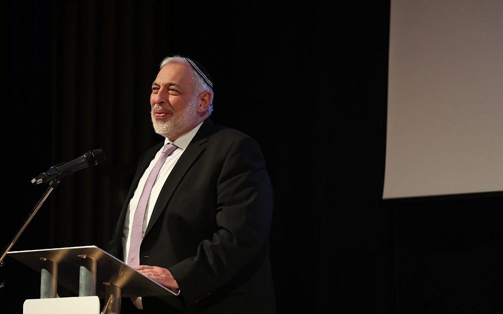 Rabbi David Meyer presenting an award at the Jewish Schools Awards (Marc Morris Photography)